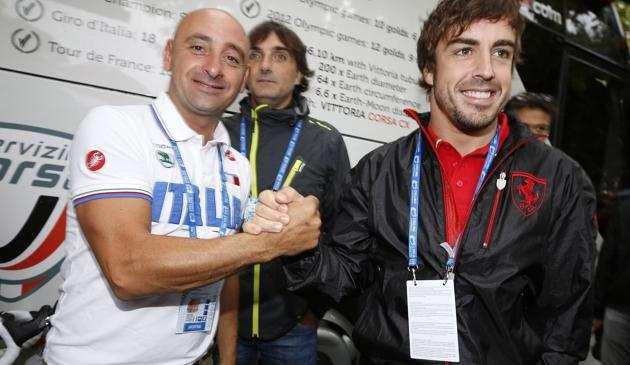 Imagen de Paolo Bettini junto a Fernando Alonso