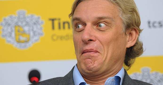 Oleg tinkovEl adinerado ruso con cara de sorpresa en una comparecencia