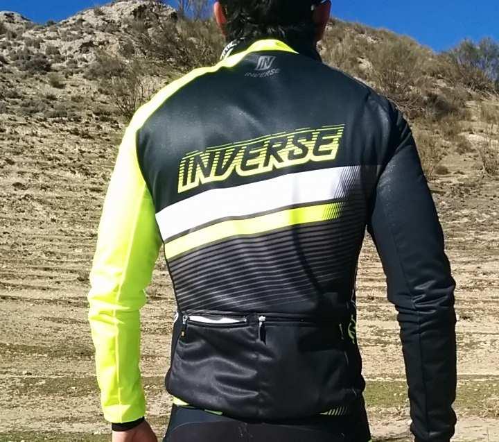 La chaqueta Anatomic Inverse vista desde atrás con sus dos bolsillos