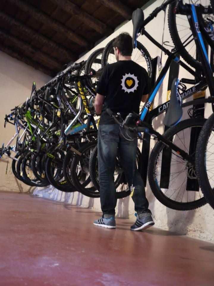 Espacio para guardar las bicicletas cada una con su n mero - Guardar bicicletas en poco espacio ...