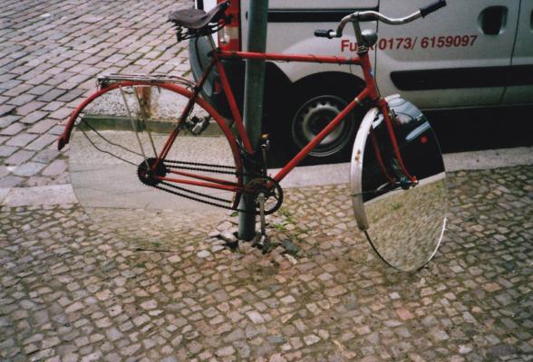 bici con espejos en las ruedas