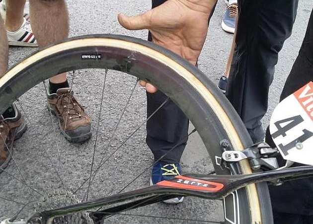 Así terminó la etapa la rueda delantera de Contador