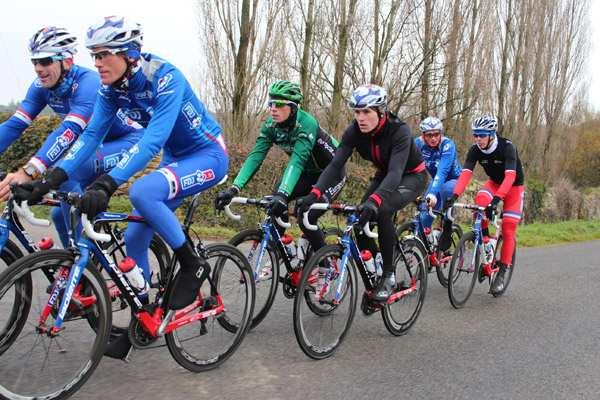 Ciclistas bien equipados para luchar contra el frío