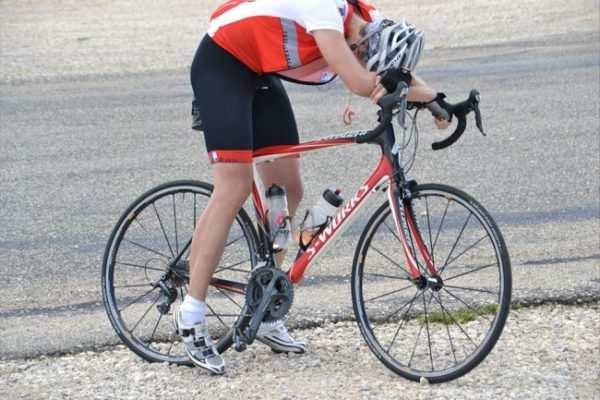 El ciclista después de recibir la visita del Tío del Mazo
