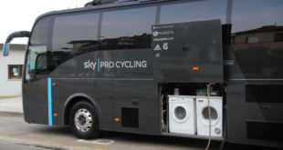 autobus de equipo ciclista con lavadora