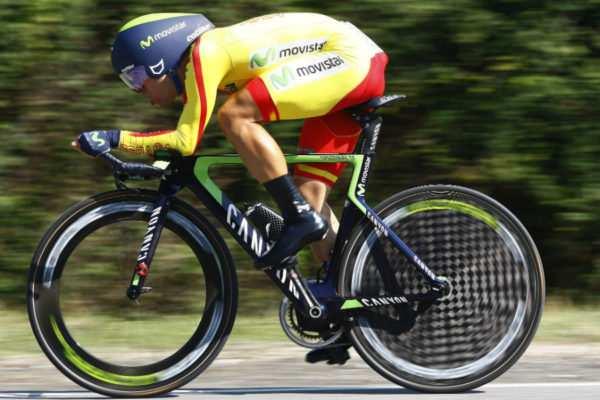 Jonathan Castroviejo perfectamente acoplado a su bici de crono