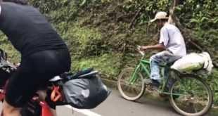 El agricultor con un saco en su bici que sube más rápido que dos ciclistas