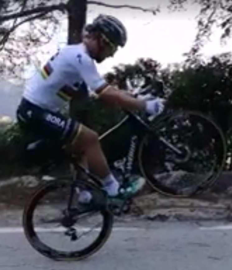 Sagan viste de Campeón del Mundo para Bora, y debuta con su nuevo traje haciendo sus habituales piruetas