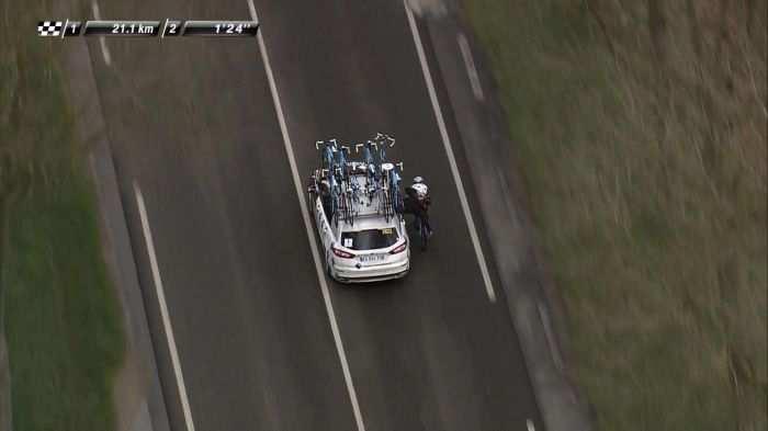 Imagen del francés remolcado por su coche de equip