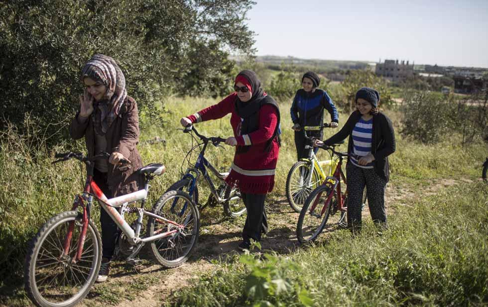 El pequño club ciclista de Amna. Imagen de Wissam Nassar publicada en The New York Times