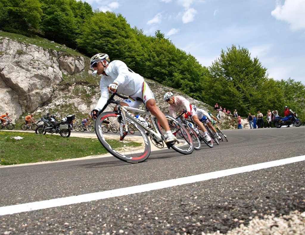 Imagen ciclistas en pleno descenso