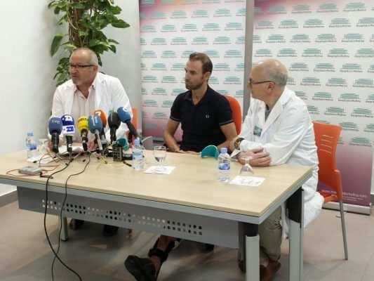 Alejandro Valverde y doctores del Hospital de Molina