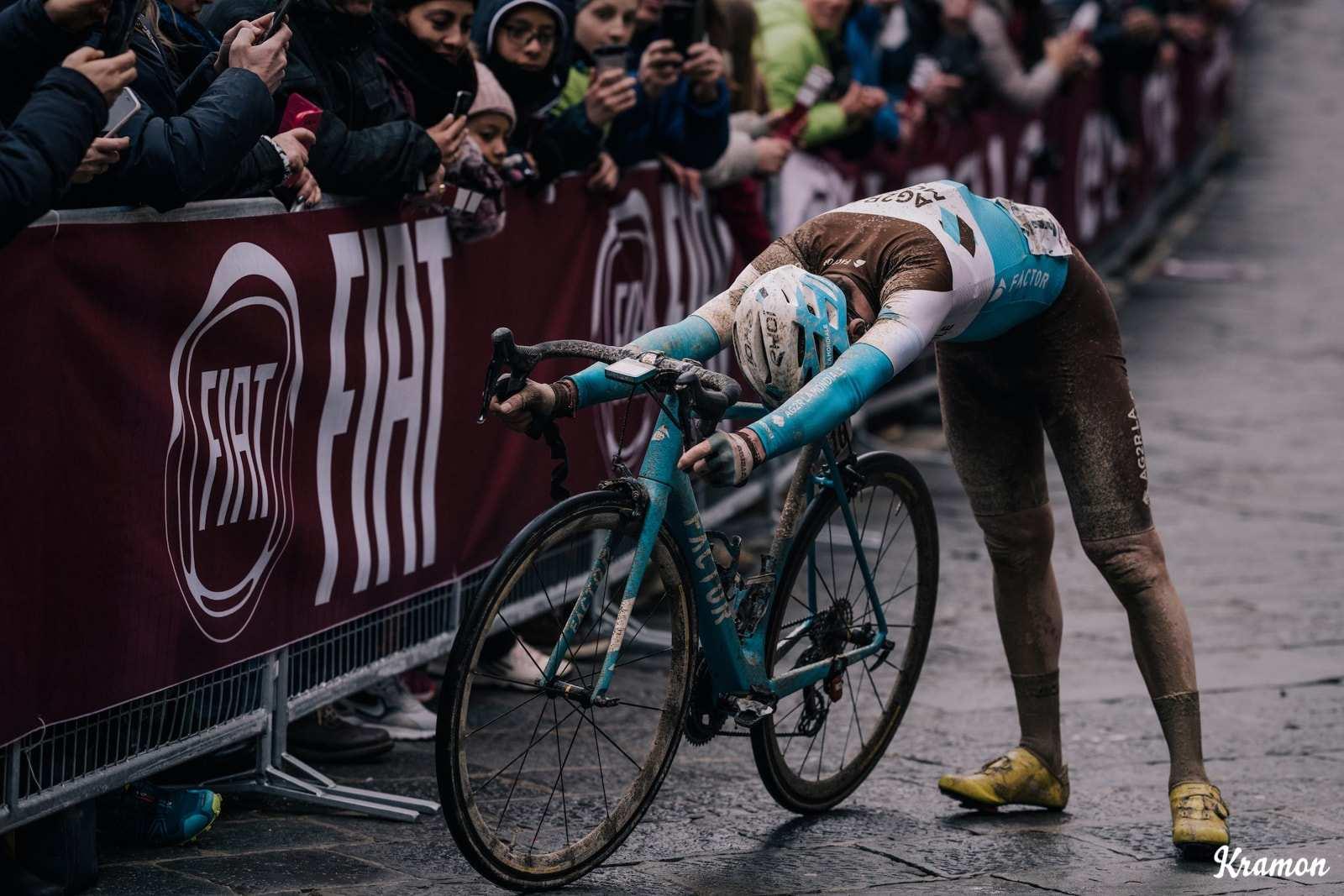 ciclista agotado strade bianche