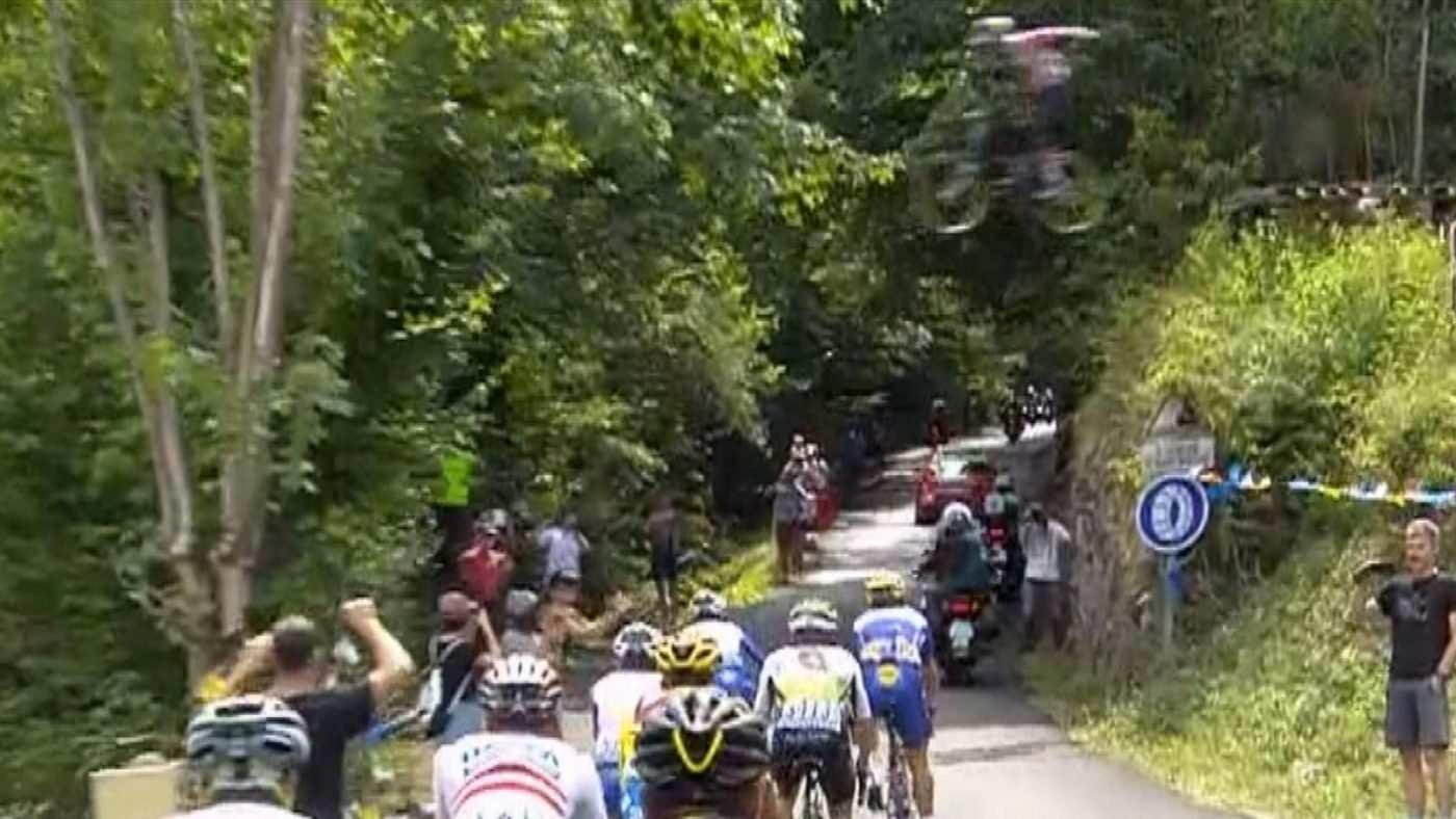 El tío loco salta por encima de los ciclistas