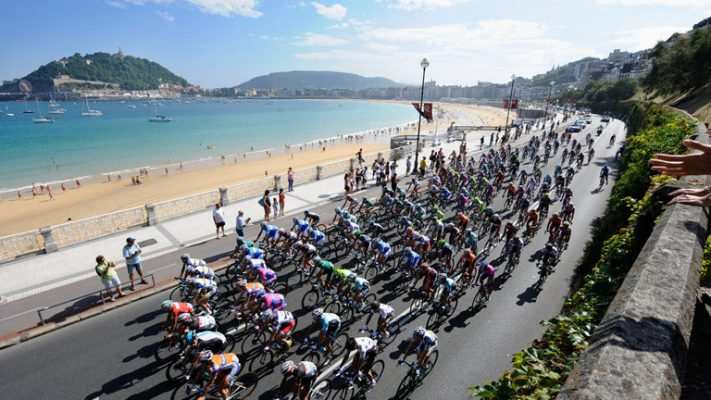 Imagen de los ciclistas pasando por la playa de la Concha en San Sebastián