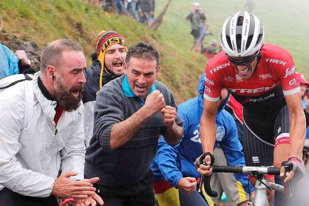 aficionados animando a Contador