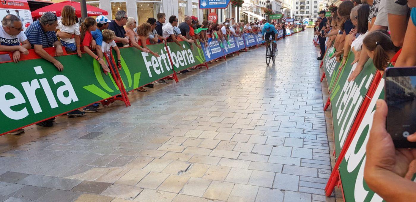Primera etapa de la Vuelta 2018 en Maálga con las vallas de Fertiberia