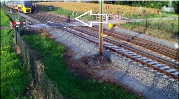 Ciclista en paso a nivel de tren