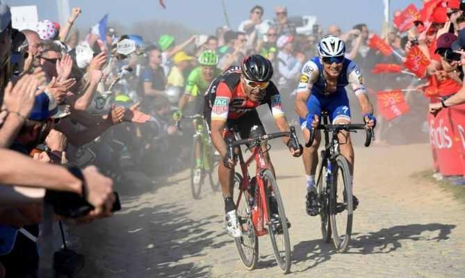 La lucha de los ciclistas en los adoquines es tetánica, épica...