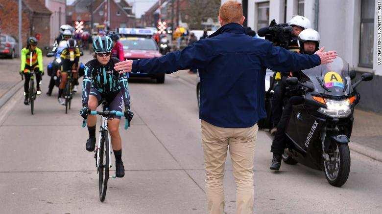 ciclista adelantando chicos