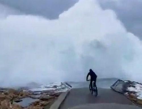 Un ciclista bastante insensato e imprudente se las ve con una ola en Punta Herminia