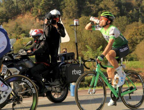 Frío, lluvia, riesgo, dolores… así es la vida de un cámara de TV en La Vuelta