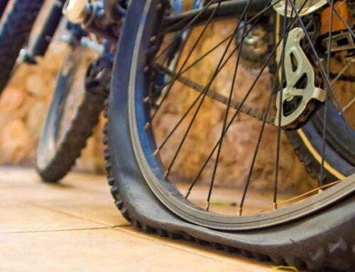 Deja su bici pinchada en un parque y, lejos de robársela, se la arreglan